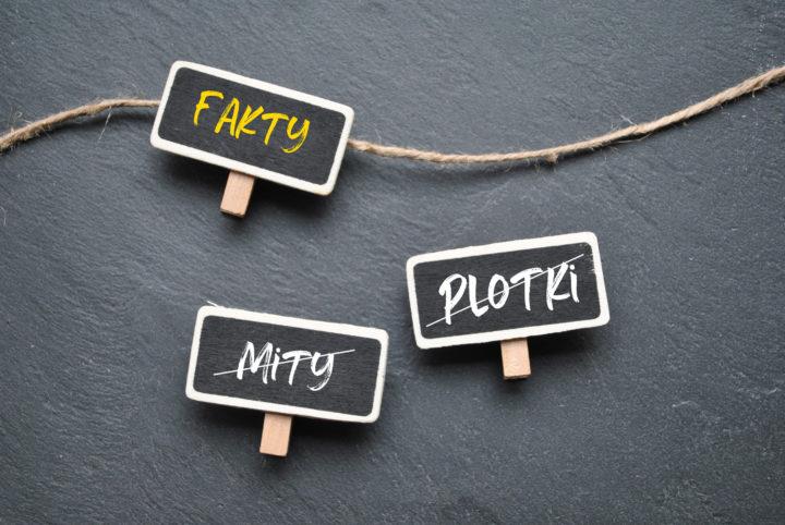 Tabliczki z napisami: fakty, plotki, mity. Mity i plotki są przekreślone.