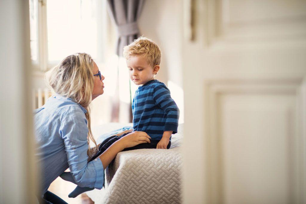 Mama rozmawia ze swoim synkiem