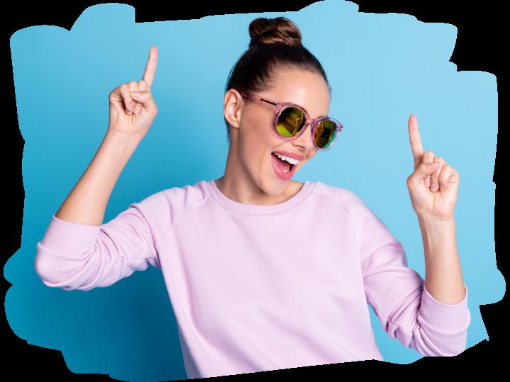 Uśmiechnięta kobieta w kolorowych okularach
